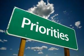 Foto van een verkeersbord met daarop 'Priorities'