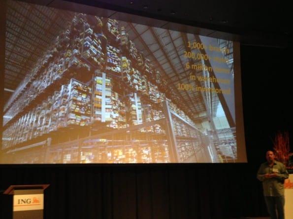 Loren Becker toont het Zappos magazijn. Tweet: 'shoe heaven!'