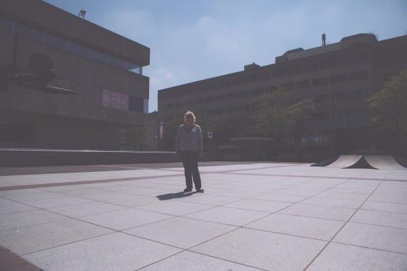 Carin Springelkamp (social media trainer) voor het stadhuis van Gemeente Eindhoven - foto door Imagehunters.net.
