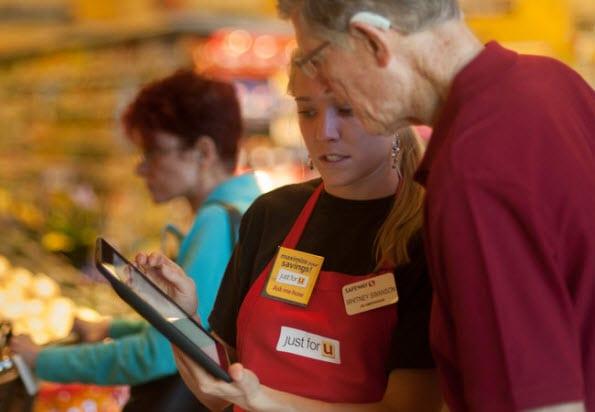 Een Safeway-medewerker schrijft een klant in voor het personal pricing programma