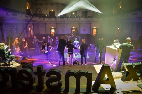 Content team TEDxAmsterdam 2013 op balkon Concertgebouw tussen de volgspots in