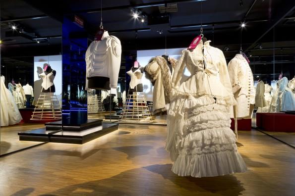 Wonderkamer met kleding die de bezoekers zelf aan kunnen trekken en via social media foto's posten