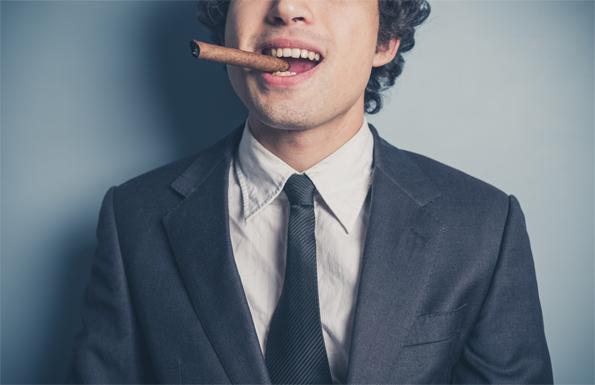 jonge-zakenman-sigaar-arrogant-fotolia
