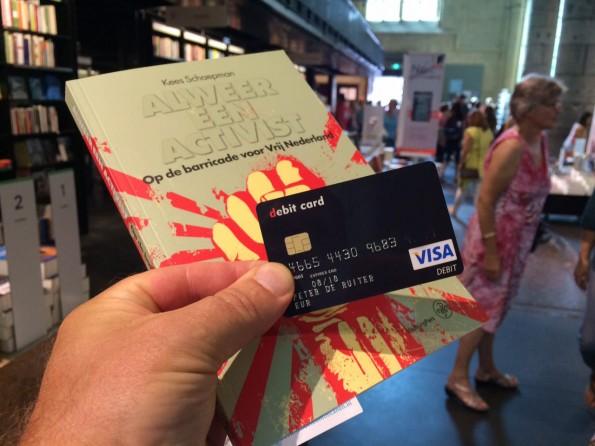 Bij elke pinbetaling onthul je je identiteit, ook met een debit card die wordt 'gevoed'met bitcoins. Al is het voor een boek of een rolletje pepermunt. Foto Peter de Ruiter.