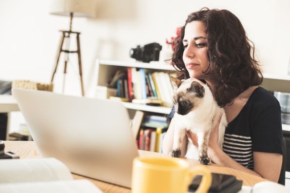 vrouw-kat-laptop-afleiding-fotolia
