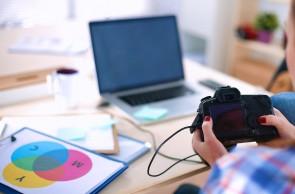 Beeldredactie: vrouw zet foto's over van camera naar laptop