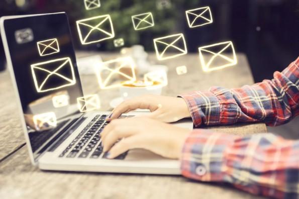 E-mail_handen