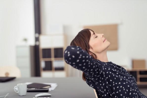 kantoor-mindfulness-vrouw-leunt-achterover