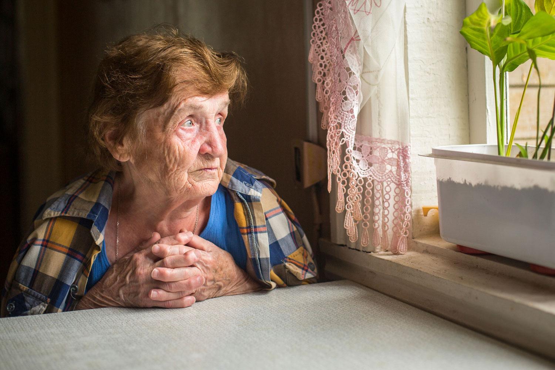 oude-vrouw-eenzaam-geraniums