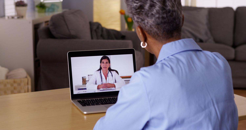 senior-vrouw-laptop-gesprek-arts
