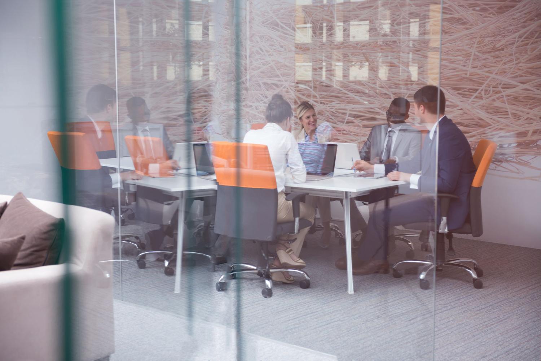 mensen-in-kantoor-in-gesprek