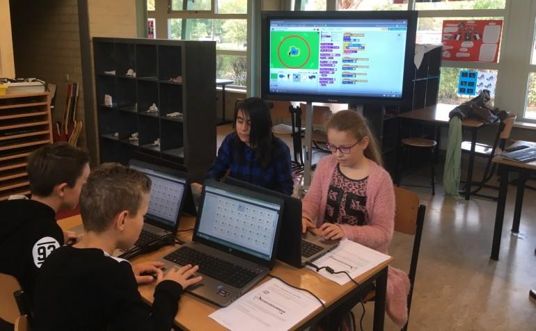 Leerlingen aan het programmeren