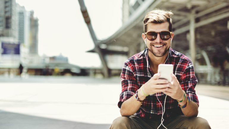 Man in gemeente gebruikt smartphone
