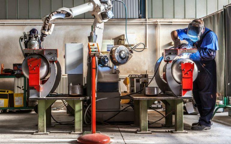 Mens en machine naast elkaar aan het werk