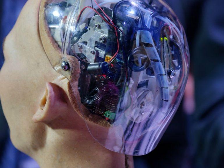 De achterkant van robot Sophia