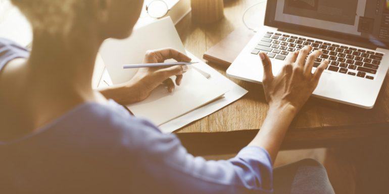 Contentstrategie maken achter laptop