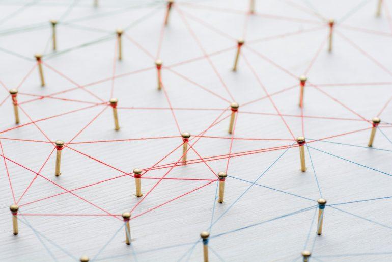 links kwaliteit kwantiteit pins met touwtjes verbonden