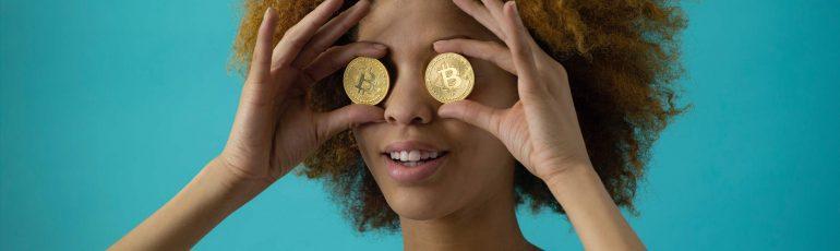 Vrouw met Bitcoins voor haar ogen