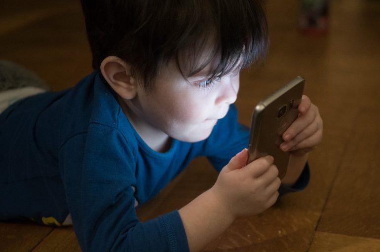 Jongen mobiele telefoon verslaving