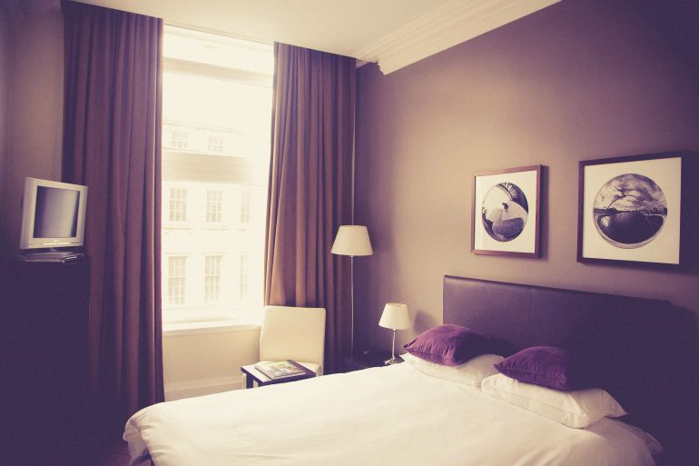 Lege hotelkamer bruin-wit gekleurd