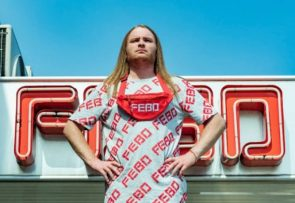Man in Febo T-shirt voor Febo-filiaal