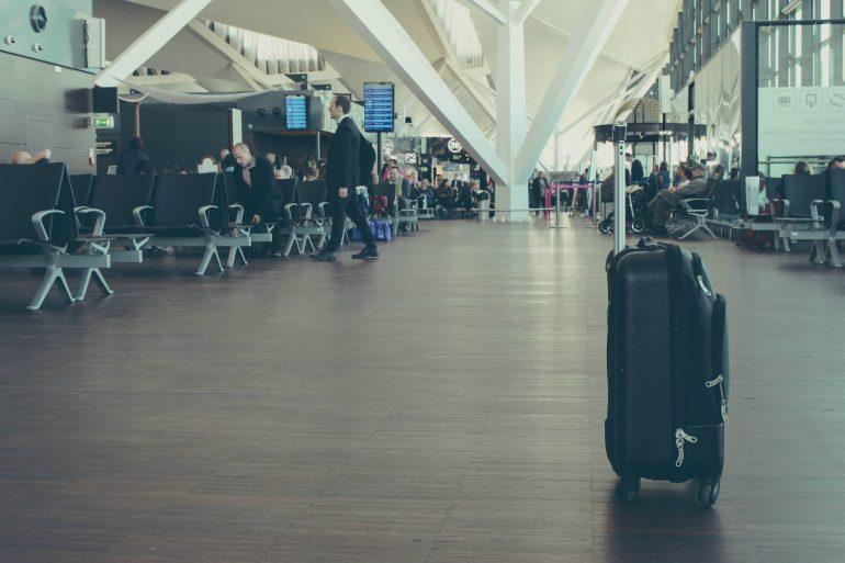Verlaten koffer in hal vliegveld
