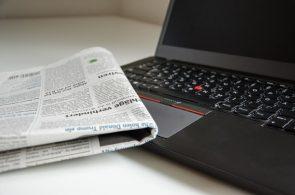 Foto van een krant op een laptop