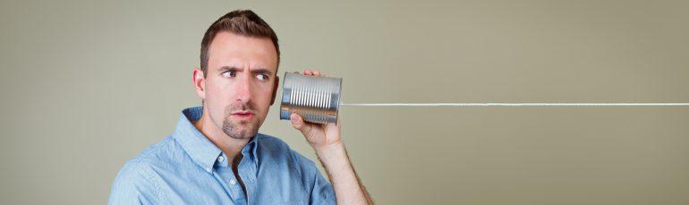 Man luistert naar blik aan touw.