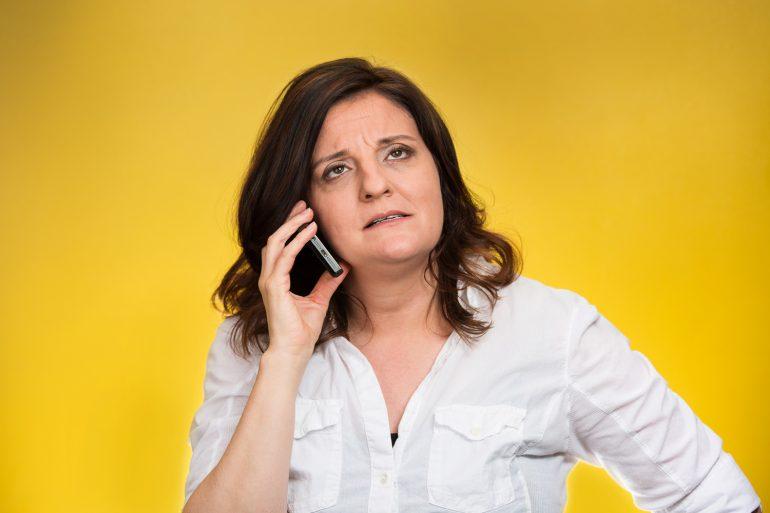 vrouw wacht aan de telefoon