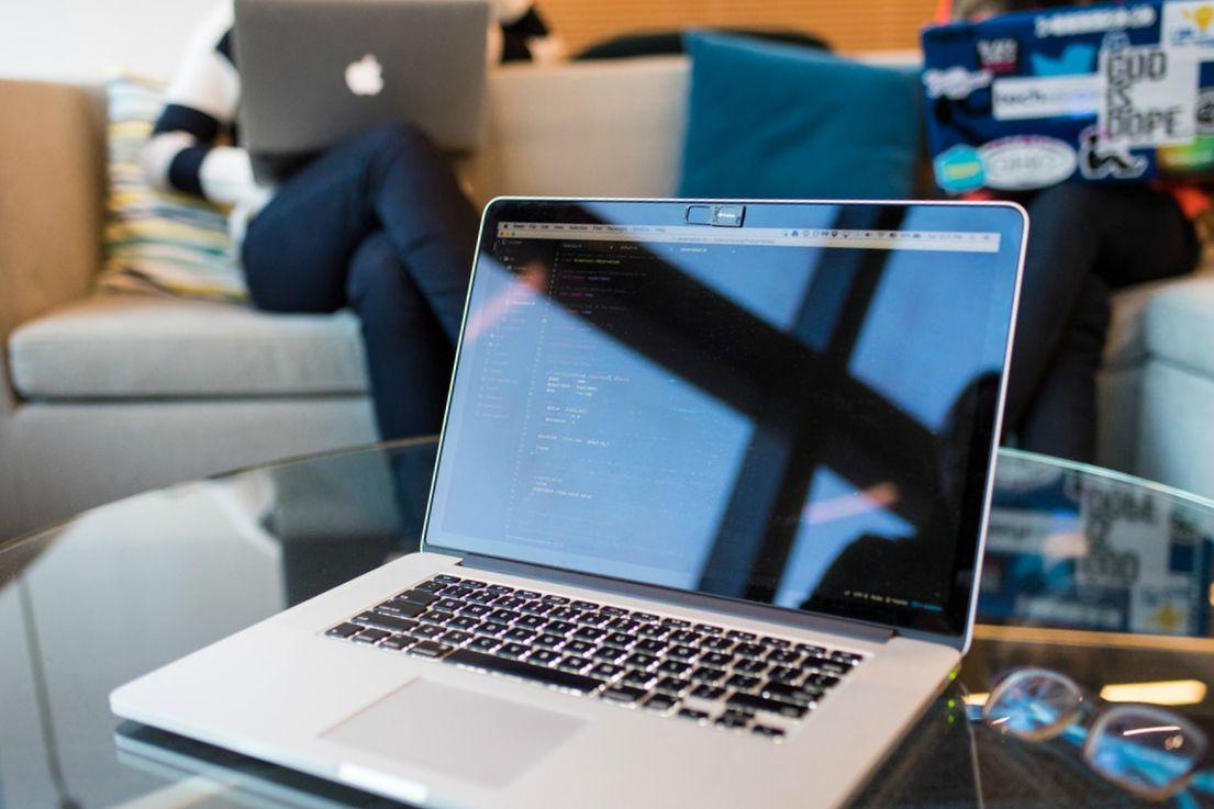 Een laptop waarop html-code te zien is, wat nodig is voor je design system.