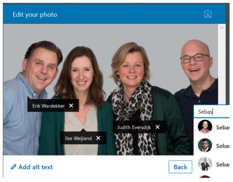 Voorbeeld van hoe je personen tagt op een LinkedIn-foto.