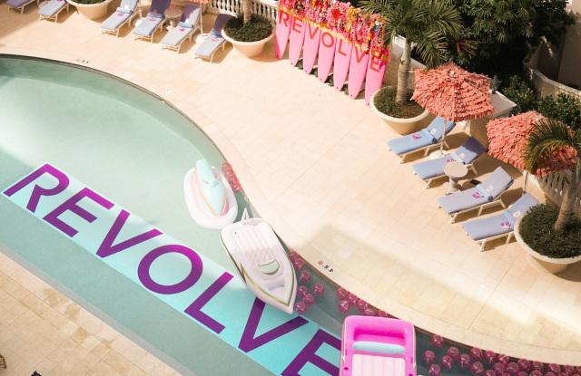 Afbeelding van een zwembad met op de grond 'Resolve' geschreven.