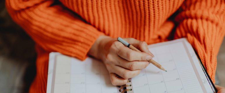 Afbeelding van een mevrouw die een online content strategie opzet.