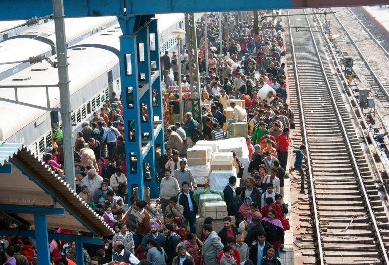 Afbeelding van een overvol treinstation.