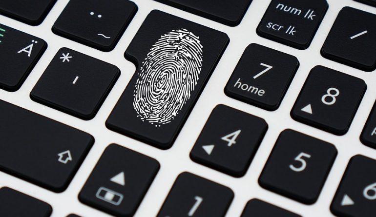 Afbeelding van een vingerafdruk die digitaal wordt opgeslagen voor informatiebeveiliging.