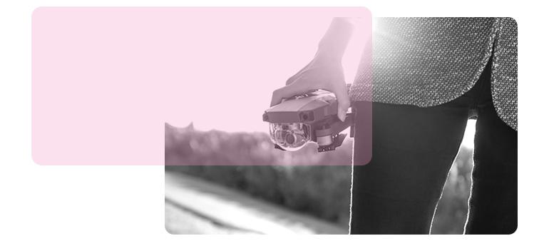 Afbeelding van een persoon die een drone vasthoudt.