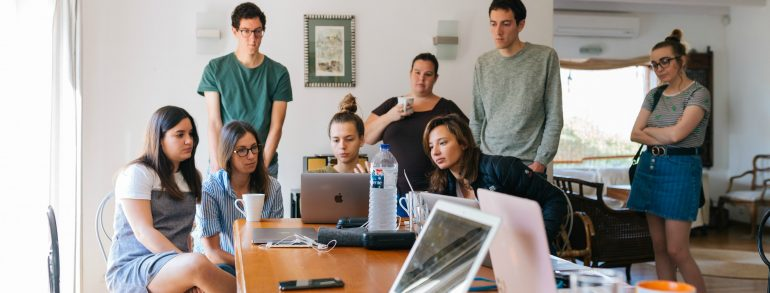 Foto van een aantal personen die aan het leren is over de opvolgende indruk.