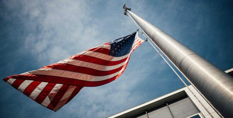 Afbeelding van de Amerikaanse vlag om Trumps strategisch narratief kracht bij te zetten.