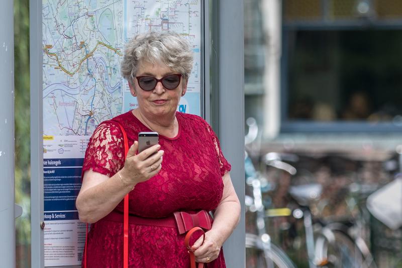 Vrouw bekijkt een app op een telefoon