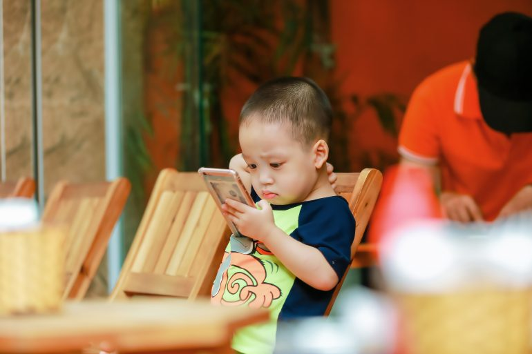 Foto van klein kind met smartphone