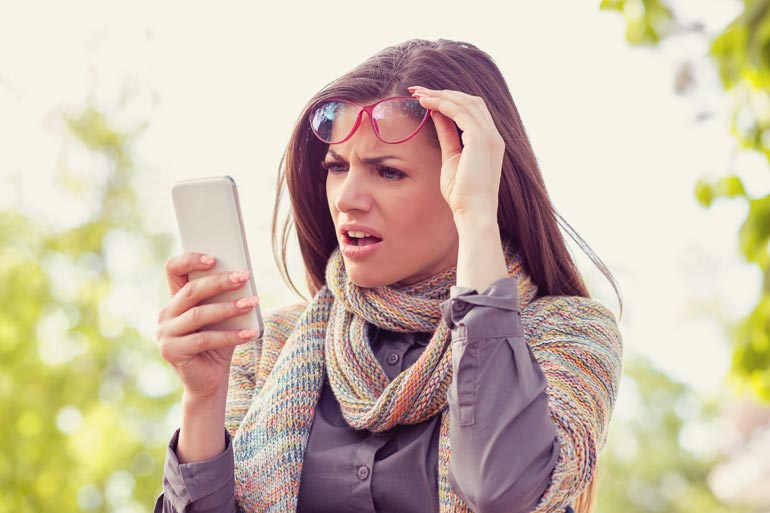 vrouw leest nepnieuws op telefoon