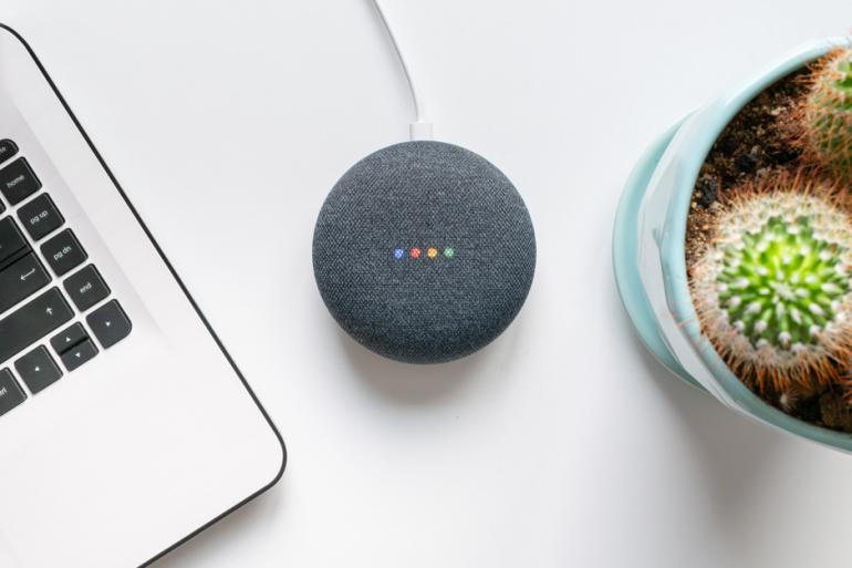 Afbeelding van een Google Home-device, een van de conversational trends.