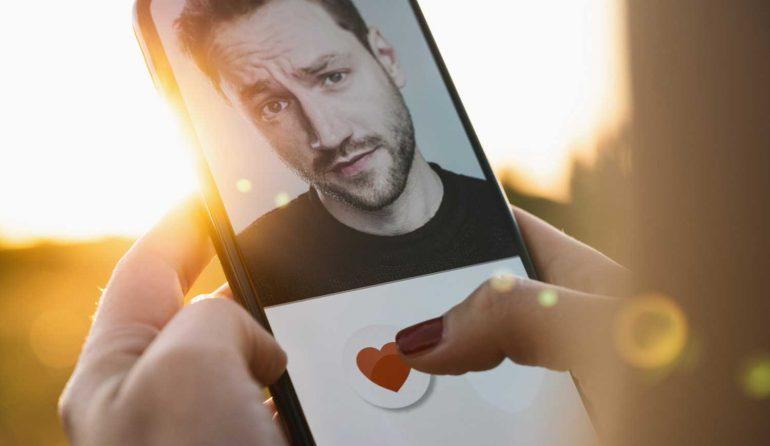 Swipe en rate man op smartphone.