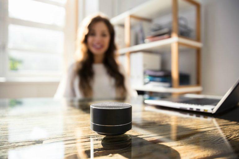 smart speaker op kantoor.