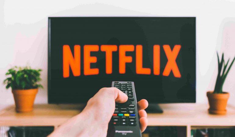 Afbeelding van iemand die Netflix aan het kijken is.
