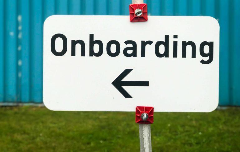 Een bord met de tekst 'onboarding' erop.