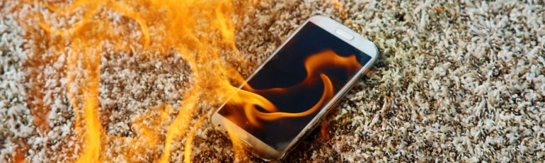 Trends voor contentstrategie. Brandende smartphone ligt op de grond.