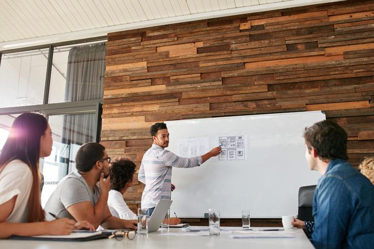 Website design wordt besproken in groep.