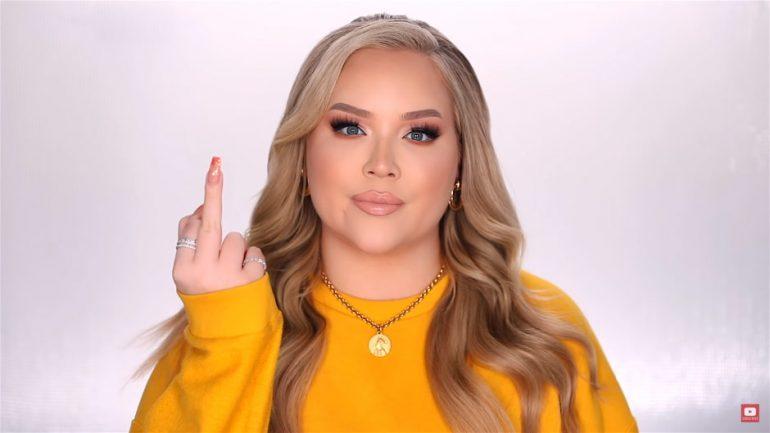 YouTube-ster NikkieTutorials geeft haar chanteur de middelvinger.