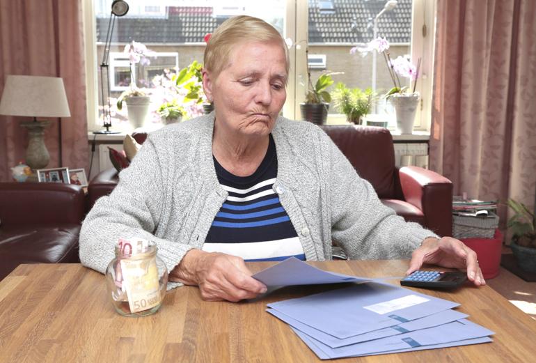 https://cdn.frankwatching.com/app/uploads/2020/01/oudere-vrouw-belasting-blauwe-brieven.jpg